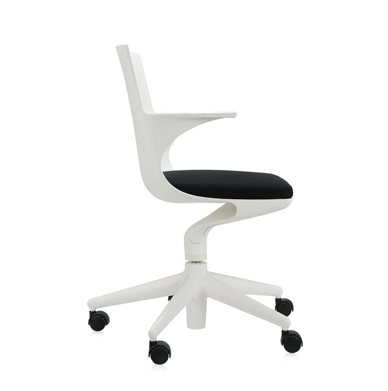 Kartell chaise de bureau spoon chair blanc noir polypropyl ne color dans la masse for Bureau kartell