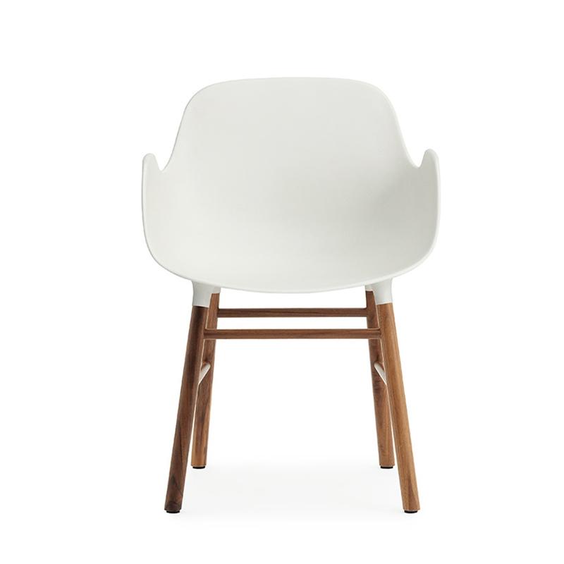 NORMANN COPENHAGEN fauteuil FORM ARMCHAIR avec piètement en noyer (Blanc Polypropylène et noyer)
