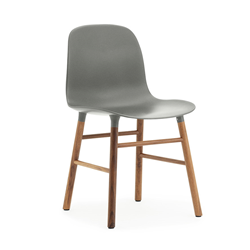 NORMANN COPENHAGEN set de 2 chaises FORM CHAIR avec piètement en noyer